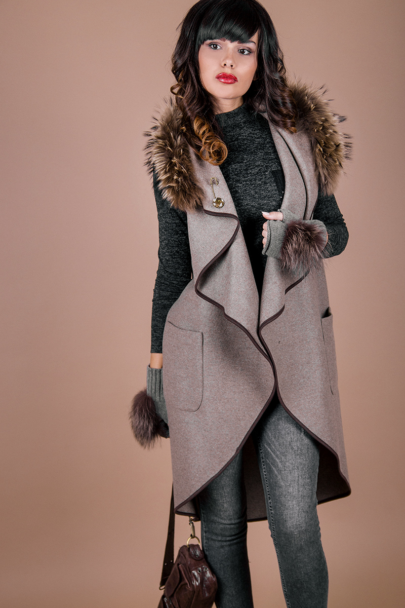 Вълнен дамски елек с колан от естествена кожа и естествен пух по яката