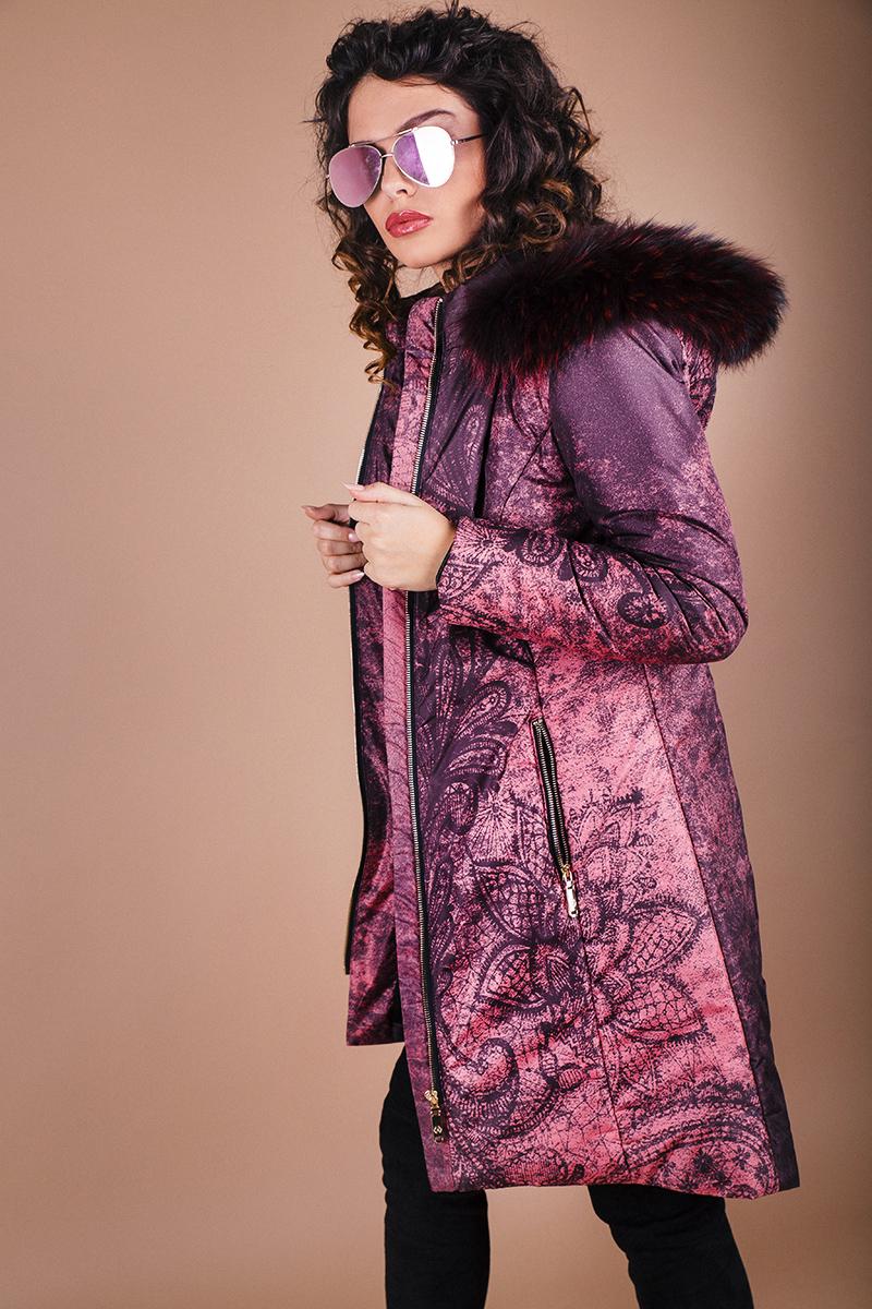 Дамско ватирано яке с дизайнерски принт и естествен пух от енот на качулката
