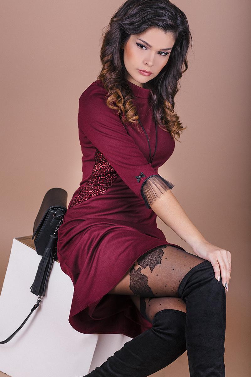 Стилна рокля в цвят бордо от плътно трико