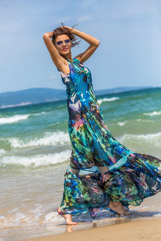 Ефирна рокля с декорация по деколтето